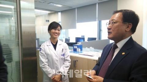 [포토]유영민 장관, 의약바이오컨버젼스연구단 현장방문